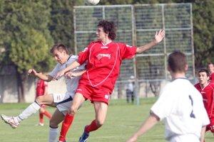 Hráči OŠK Dunajská Lužná (v bielych dresoch)  budú i v novom ročníku 2014/2015 hrať v tretej najvyššej slovenskej lige, ale po novom v najvyššej regionálnej súťaži – III. lige.