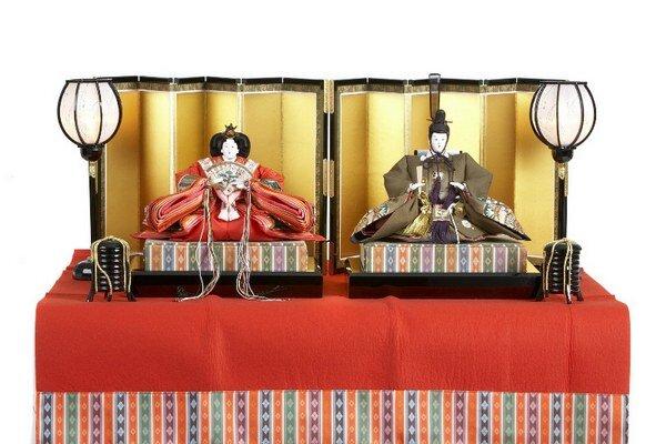 Bábiky určené na Festival bábik Každoročne 3. marca oslavujú japonské rodiny, ktoré majú dcéry, Festival Hina, zvaný  tiež Festival bábik. Tradícia tohto krásneho festivalu začala pred vyše tisíc rokmi.  V tento deň si každá rodina vyzdobí svoj