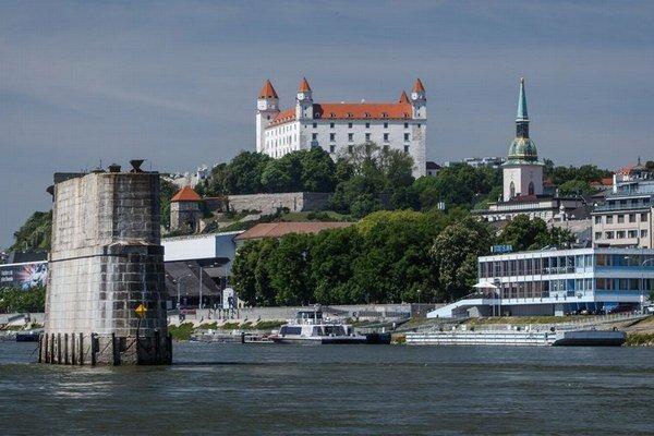 Okolo pilierov môžu byť kusy zničeného mosta alebo nevybuchnutá munícia z druhej svetovej vojny.