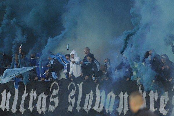 Výbuch pyrotechniky letiacej spomedzi fanúšikov Slovana Bratislava zranil v auguste minulého roka desať ľudí, z toho jedného vážne.