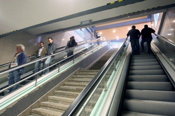 Niektoré z eskalátorov v podchode nefungovali ani v piatok popoludní.