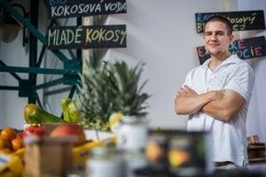 Marek Ďatko z firmy KULAU učí aj to, že v kokosovom orechu mlieko nenájdete.