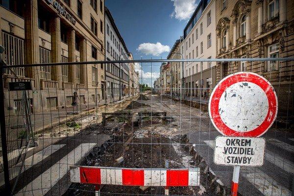 Štúrová ulica je rozkopaná vyše pol roka.
