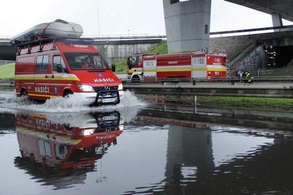 Zaplavený podjazd pod Prístavným mostom.