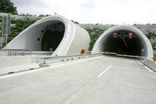 Tunel Sitina je v smere do Lamača a na Záhorie neprejazdný.