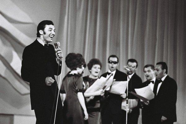 Karel Gott na Bratislavskej lýre v roku 1968. Dva roky pred tým ju vyhral.
