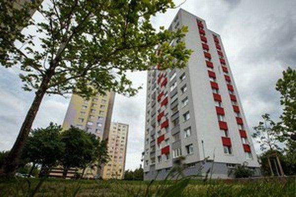 V bytovom dome na Saratovskej najprv bývala v jednoizbovom byte desaťčlenná rodina neplatičov. Vysťahovali ju a na jej miesto išiel brat úradníčky.