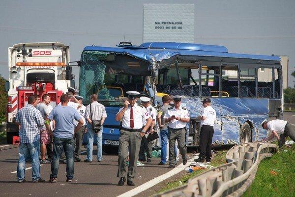 Autobus sa prevrátil na ceste zo Svätého Jura do Bratislavy.