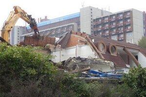 Nedávno v Karloveskej zátoke zbúrali vodácku lodenicu.