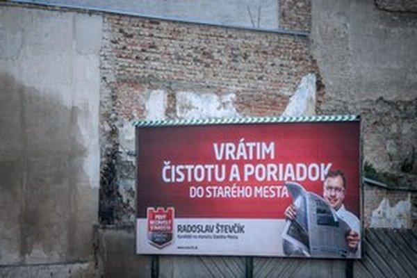Predvolebné reklamy nového starostu.