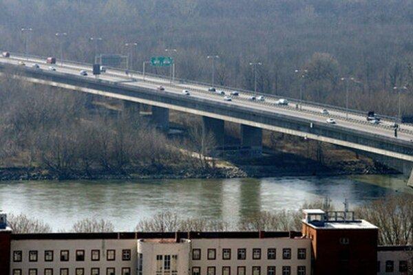 Pracovať na moste budú od nedele do soboty.