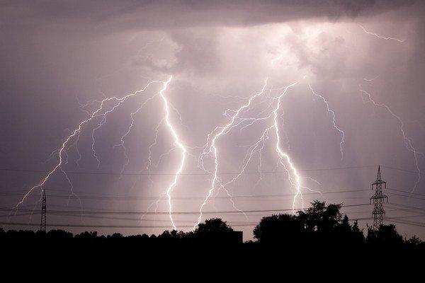 V noci sa krajom prehnala silná búrka.
