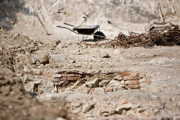 Pod Hradom pracujú archeológovia aj robotníci.