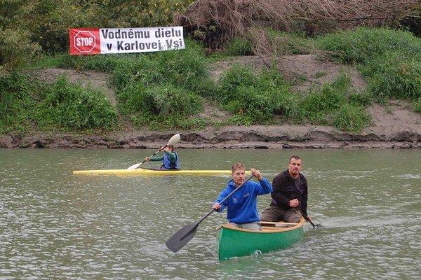 Karloveskí vodáci sa obávajú, že vodné dielo by znamenalo koniec vodného športu v lokalite, ohrozenie významného zdroja pitnej vody aj okolitej chránenej prírody.