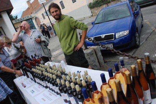 Nielen burčiak, ale aj víno vo fľašiach si môžete odniesť z hodov.