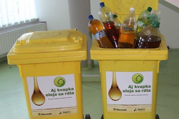 Olej vyzbieraný za týždeň medzi zamestnancami Slovnaftu.