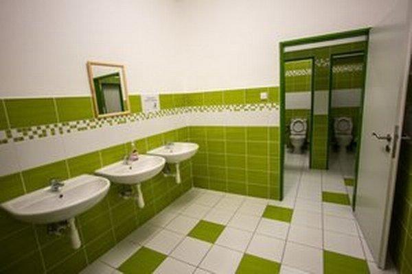 Obnovené toalety po havárii potrubia.