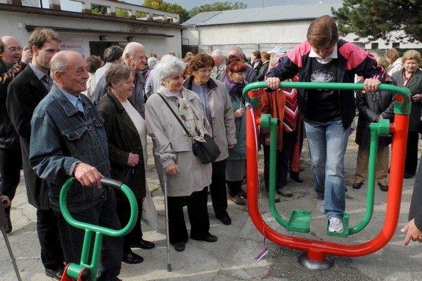 V záhrade KC Zora od dnes funguje fitpark pre seniorov.