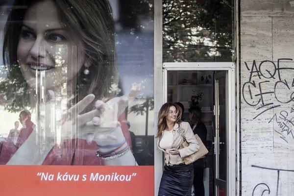 Monika Flašíková Beňová pozýva na kávu do svojej volebnej centrály pod hotelom Kyjev a na koláčik zasa do špeciálnej električky. Pavol Frešo zasa jazdí dodávkou, ktorú nazval frešmobil.
