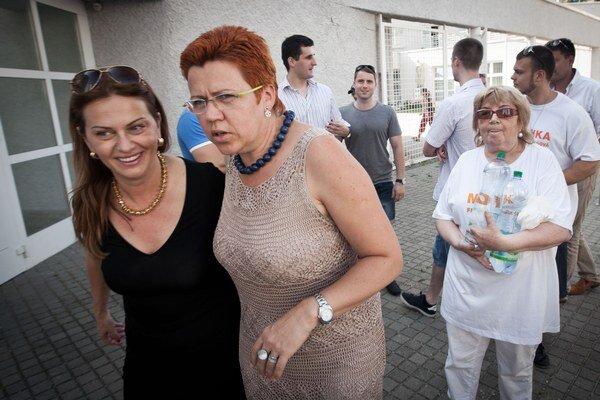 Iveta Hanulíková (v strede) zo Smeru v župných voľbách neuspela.