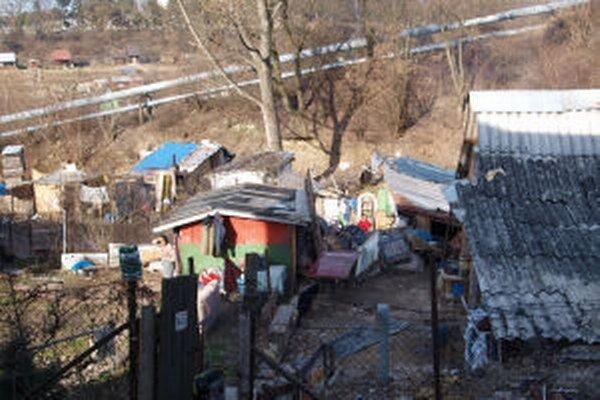V osade žijú stovky ľudí v zlých hygienických podmienkach.