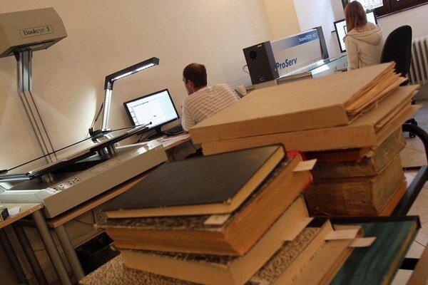 Digitalizačné pracovisko v knižnici.