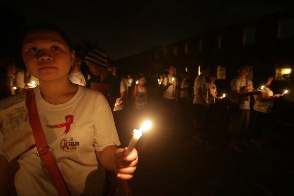 Boj proti AIDS symbolizuje červená stužka.