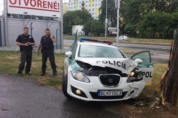 Policajti nabúrali cestou do vylúpenej stávkovej kancelárie.