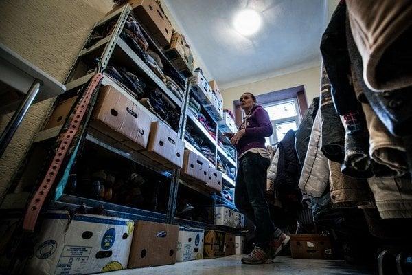 Oblečenie i hmotné dary preberú sociálni pracovníci občianskeho združenia Vagus na Mýtnej ulici v Starom Meste.