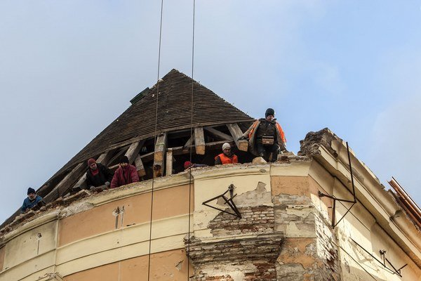 Z Kostola svätého Jána z Mathy spadla na Veternú ulicu zatiaľ neopravená časť rímsy.