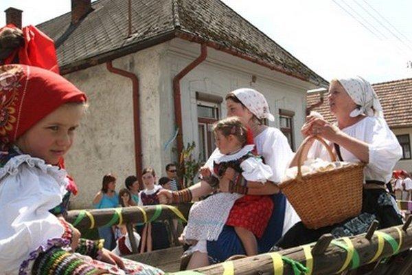 Deti v Dúbravke si mohli pozrieť detské i slávnostné kroje.