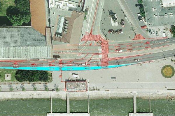Pridaním dopravného pruhu by sa zúžila pešia zóna na nábreží.