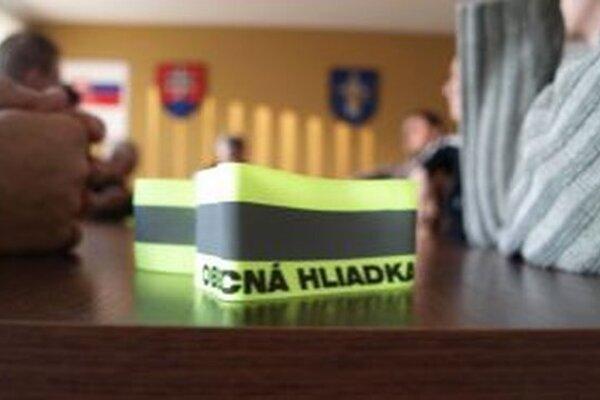 Voľby v obci majú doposiaľ pokojný priebeh, v prípade potreby sú však v pohotovosti aj obecné hliadky.