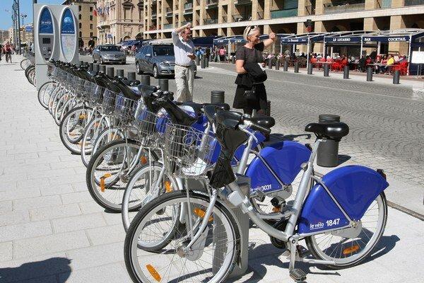 V západných krajinách je mestská požičovňa bicyklov samozrejmosťou.