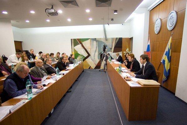 Ani na tretí pokus neschválili karloveskí poslanci rozpočet na rok 2014.