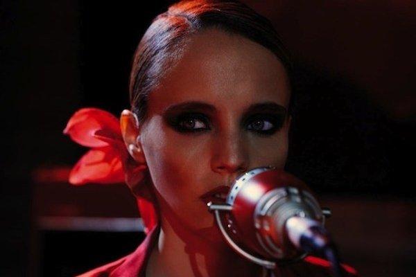 Anglická speváčka Anna Calvi.