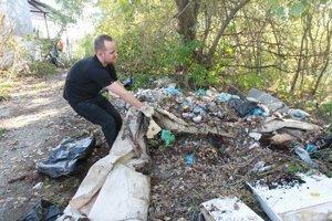Niektoré skládky čistili dobrovoľníci mesiace. Odpad sa na ne opäť vracia.