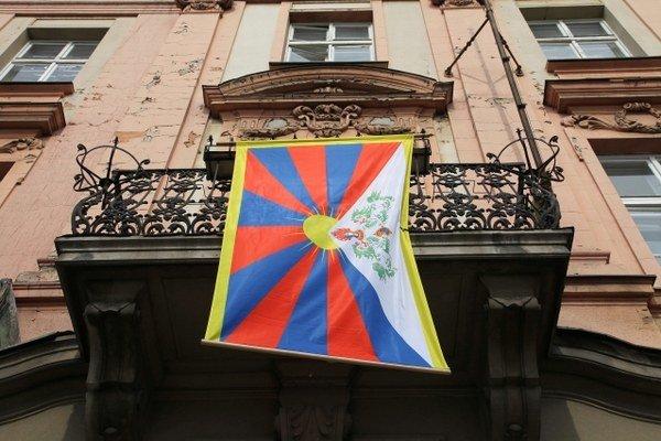 Tibetská vlajka na staromestskom úrade.
