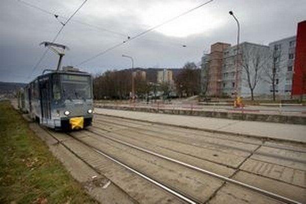 Peniaze pôjdu aj na opravu električkovej trate v Dúbravke.