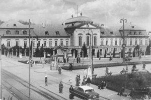 Grassalkovichov palác na prelome päťdesiatych a šesťdesiatych rokov.
