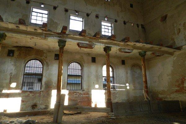 Interiér synagógy v Senci.