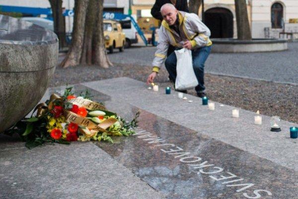 Ľudia si 26. výročie manifestácie pripomenuli aj zapálením sviečok.