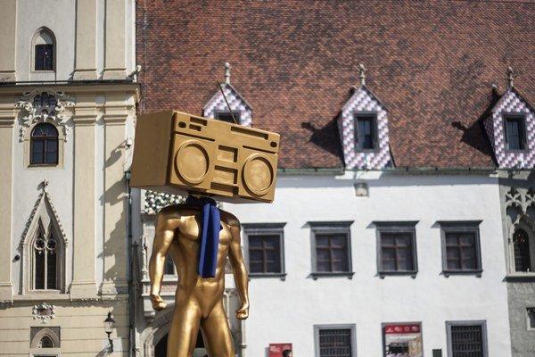 V rámci vyjadrenia podpory autistom už obliekli sochy v Bratislave do modrých šálikov.