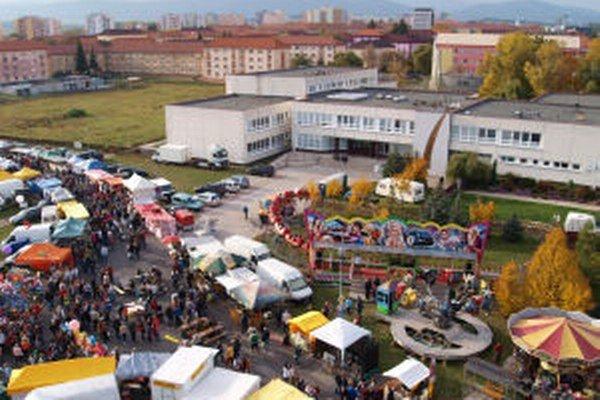 Takýto výhľad majú počas troch dní konania jarmoku niektorí z obyvateľov Hviezdoslavovej ulice.
