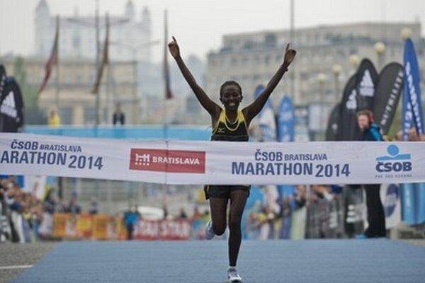 Víťazka ženskej kategórie Alice Jepkemboi Kiborová z Kene prichádza do cieľa.