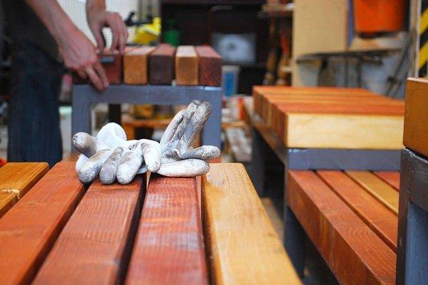 Lavička, ktorú vyrábali dobrovoľníci, bude od soboty slúžiť na odpočinok na Kamennom námestí.