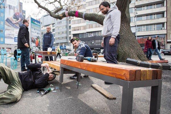 Lavičku na námestie inštalovali dobrovoľníci.