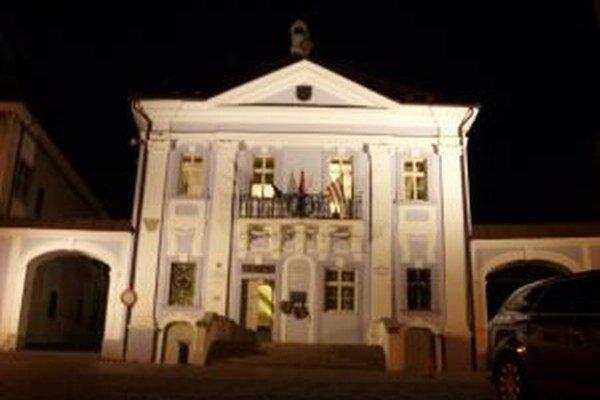 Po tom, čo sa kremnickí zastupitelia nedokázali štyrikráť zísť, vo štvrtok svietili svetlá v radnej sieni do noci.