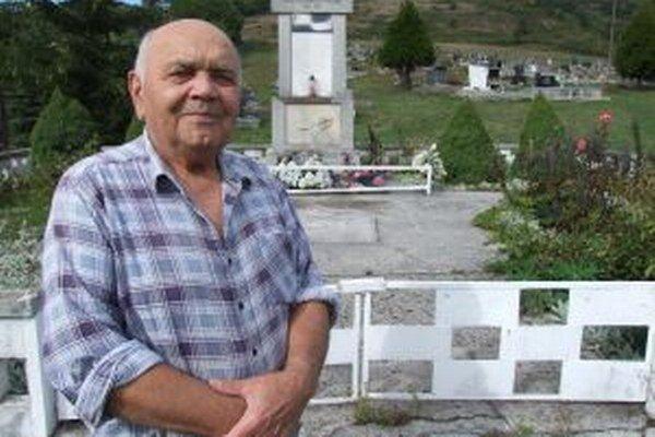 Jozef Zliechovec pri masovom hrobe, do ktorého pred desiatkami rokov vlastnoručne vkladal 38 padlých povstalcov. Na ich počesť tam v súčasnosti stojí pamätník.