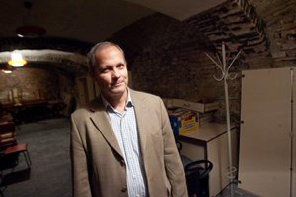 Juraj Šebesta v pivnici knižnice. Od júla 2005 je riaditeľom Mestskej knižnice, predtým pracoval v Divadelnom ústave. Je aj spisovateľ, v roku 2005 debutoval zbierkou poviedok Triezvenie, potom vydal romány Keď sa pes smeje  o problémoch gymnazistu a komi